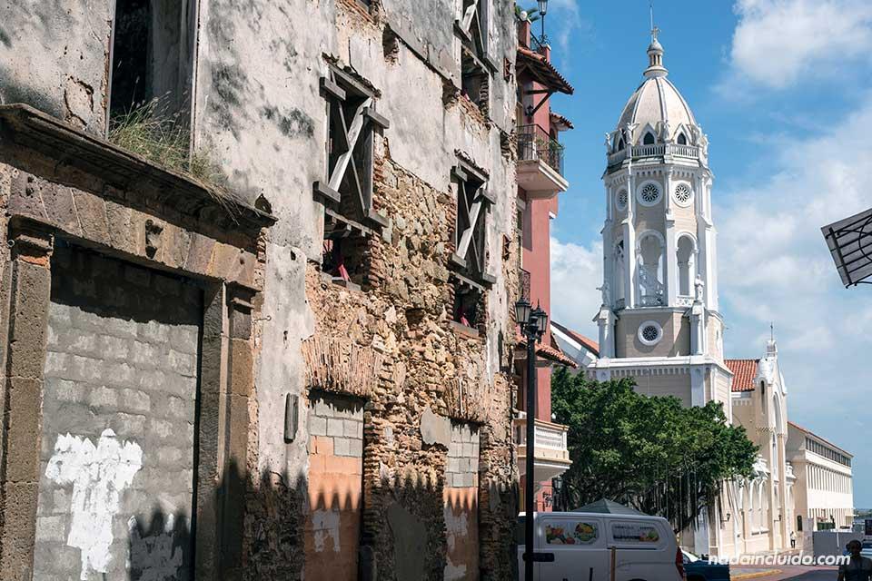 Torre de la Iglesia de San Francisco de Asis en el casco antiguo de la ciudad de Panamá
