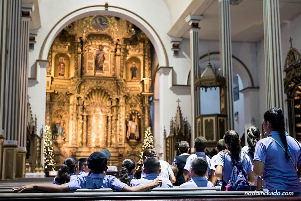 Altar de oro en la iglesia de San José en el casco antiguo de la ciudad de Panamá