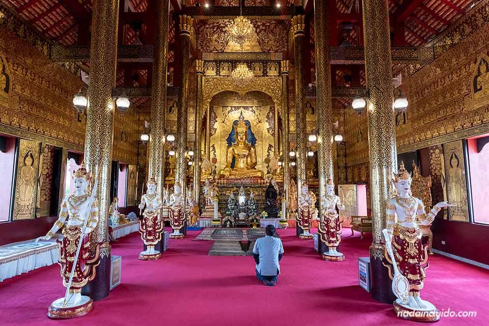 Budista rezando en el Wat Saeng Kaeo Phothiyan de Chiang Rai (Tialandia)