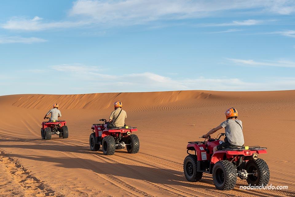En quads por las dunas de Erg Chebbi, el desierto de Marruecos