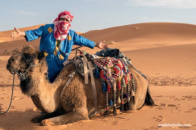 Guía y su camello en el desierto del Sáhara (Marruecos)
