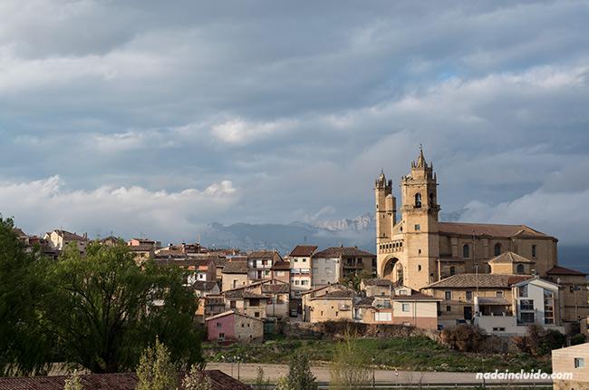 Vista de Elciego desde Marqués de Riscal (País Vasco, España)