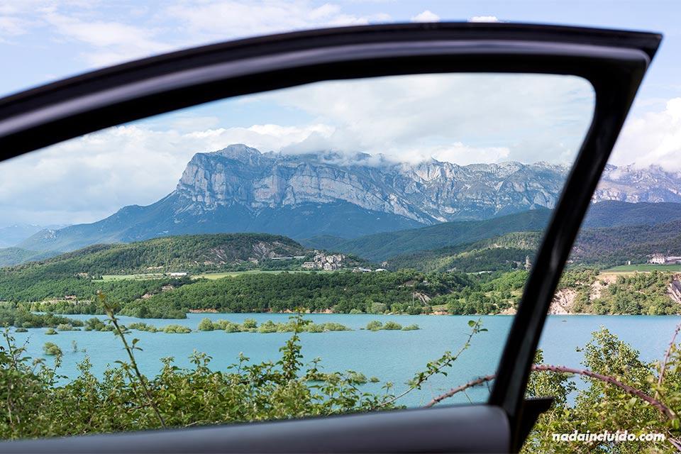Vista del embalse de Mediano desde el coche (Sobrarbe, Aragón)