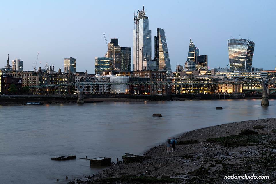 Vista de la City de Londres desde el otro lado del río Támesis (Inglaterra)