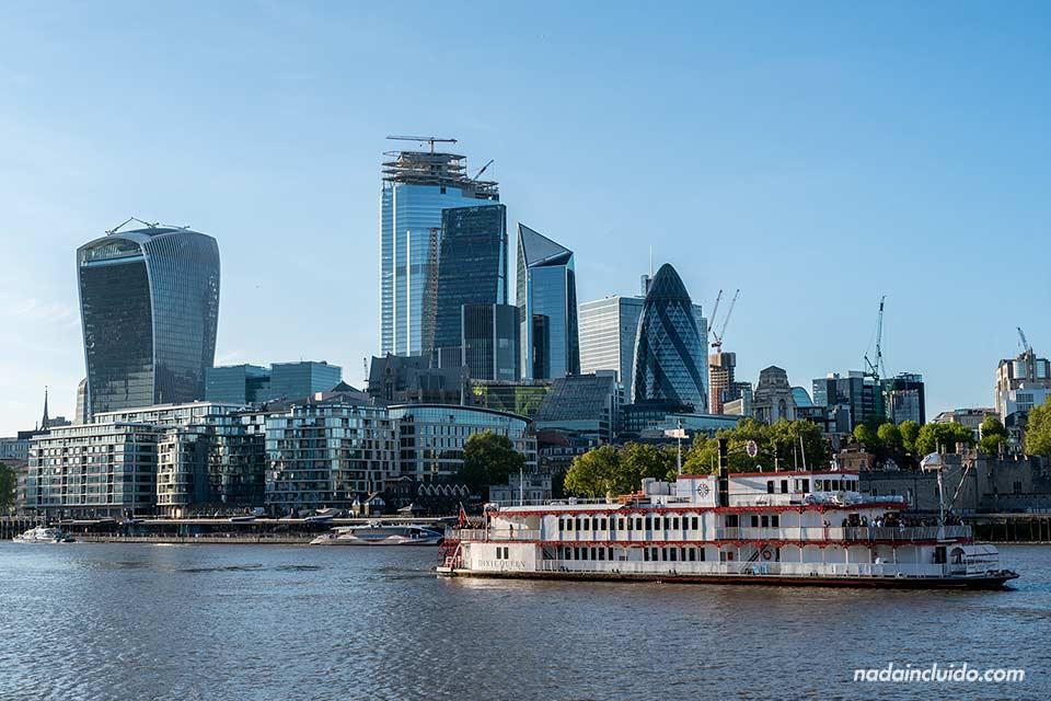 Vista de la City de Londres desde el Támesis (Inglaterra)