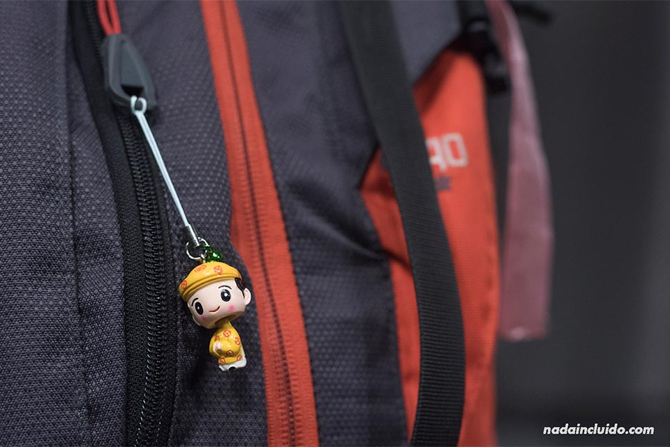 Muñeco vietnamita colgante adornando mi mochila de viaje (Vietnam)