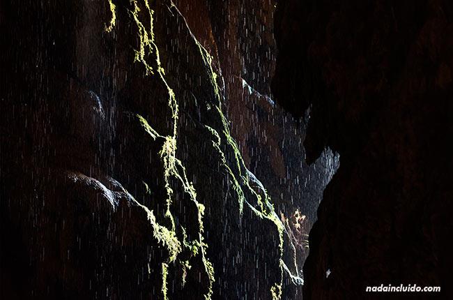 Interior de la Gruta Iris, junto a la Cola de Caballo del Parque Natural Monasterio de Piedra (Aragón, España)