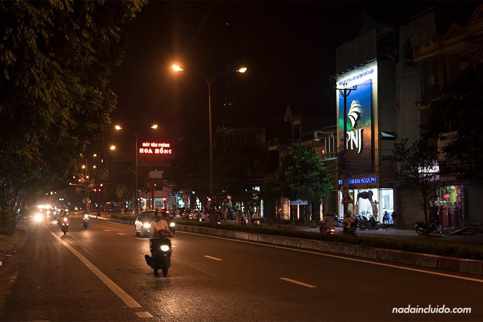 Moto en una de las carreteras que atraviesa la ciudad de Ninh Binh (Vietnam)