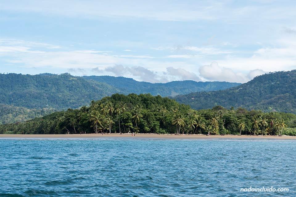 Vista de playa Uvita desde el mar (Parque Nacional Marino Ballena, Costa Rica)
