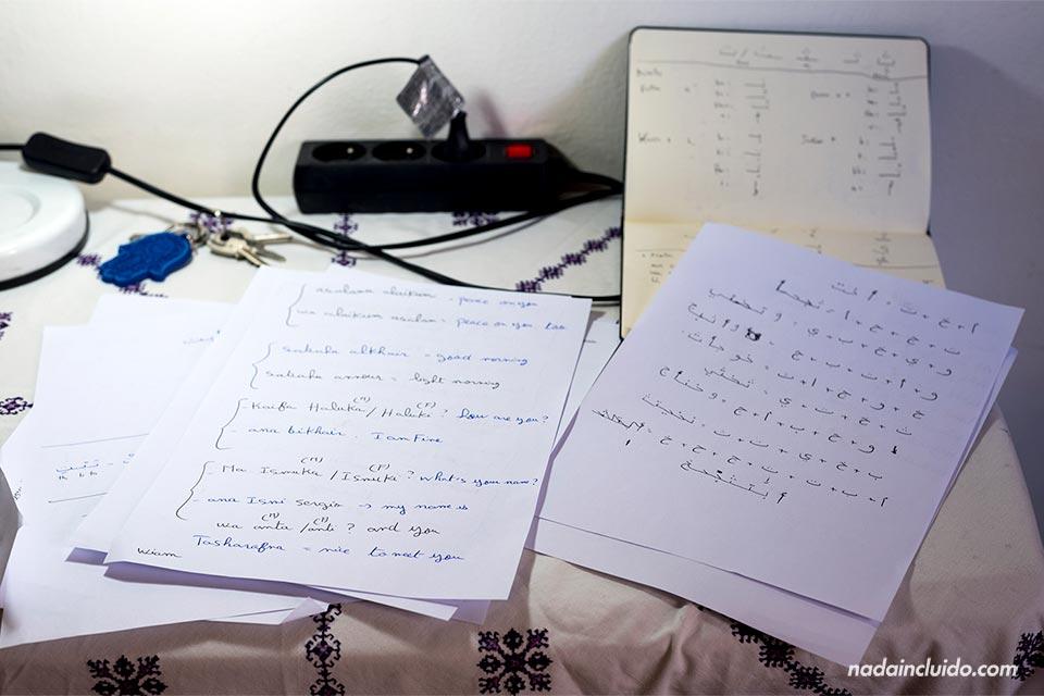 Haciendo ejercicios para aprender lengua árabe en Rabat (Marruecos)