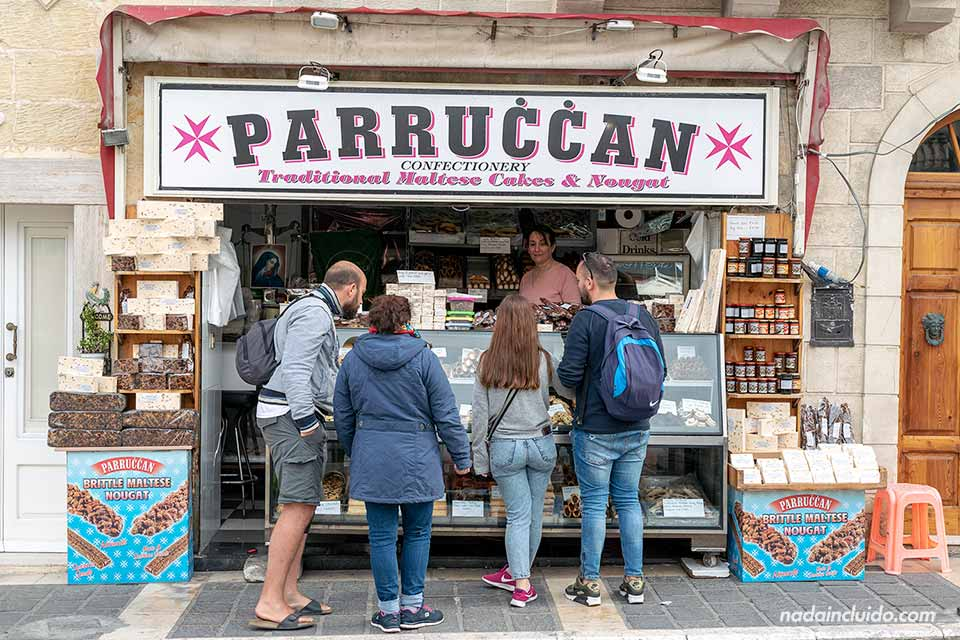 Pidiendo en la Pastelería Parruccan en Rabat (Malta)