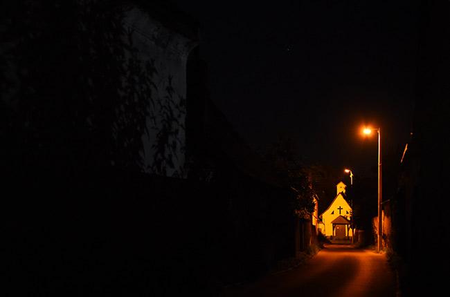 Iglesia de Rasnov de noche (Rumanía)