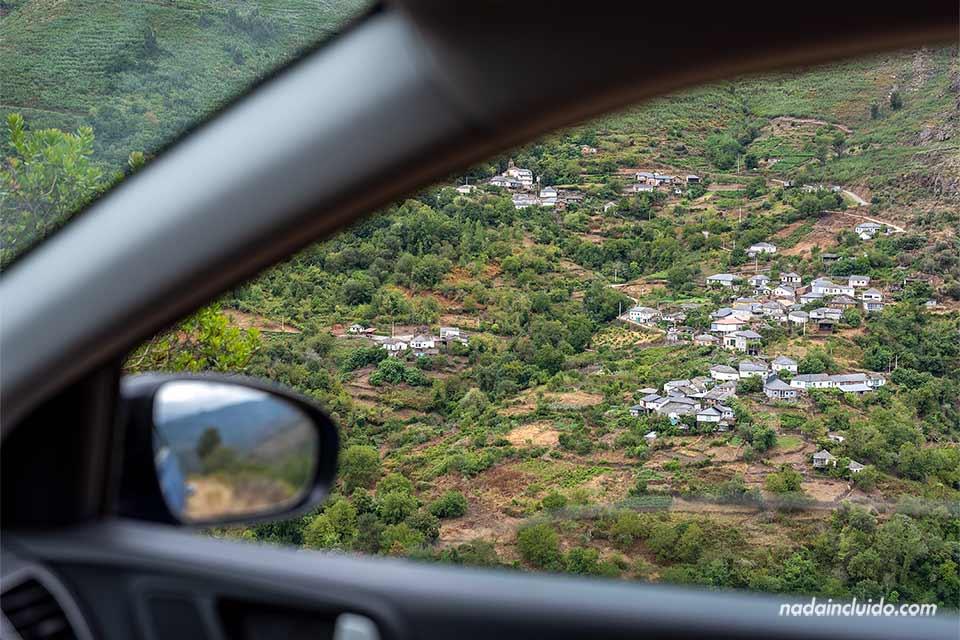 Vistas del pueblo Navea desde el coche, Ribeira Sacra (Galicia)