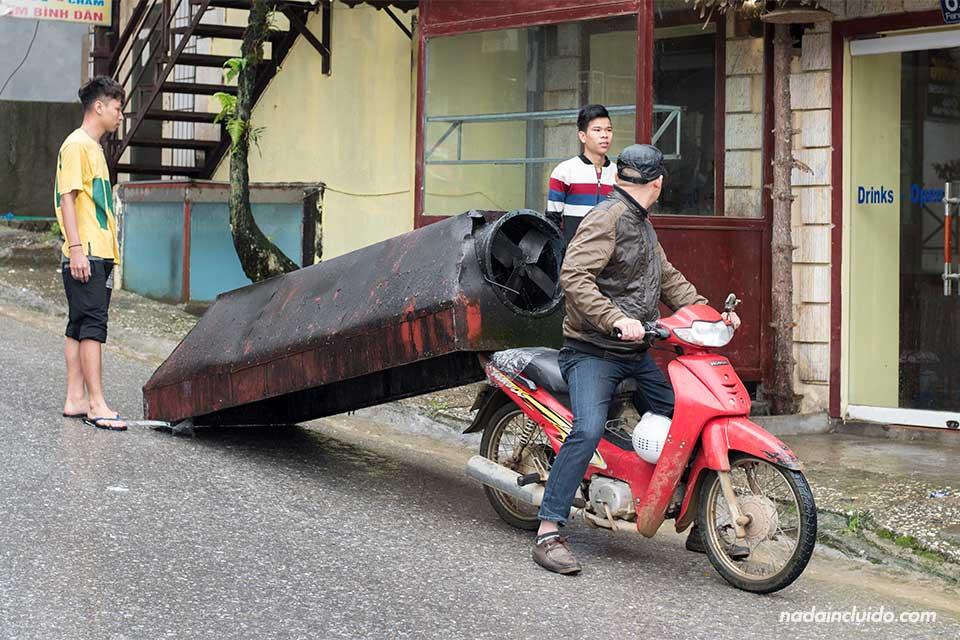 Moto transportando una bañera en Sapa (Vietnam)