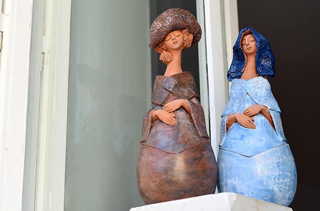 Muñecas de barro en la ventana de una tienda de suvenires de Sibiu (Rumanía)