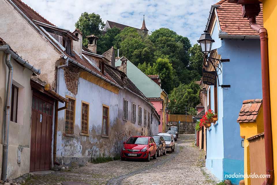 Calle de la ciudadela de Sighisoara (Rumanía)