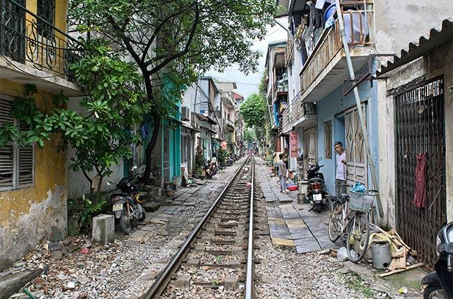 Una vía de tren atraviesa una ciudad de Vietnam