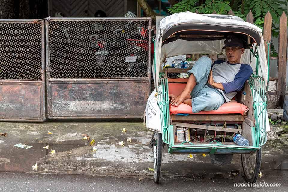 Durrmiendo en un Becak (tuk-tuk) en Yogyakarta (Java, Indonesia)
