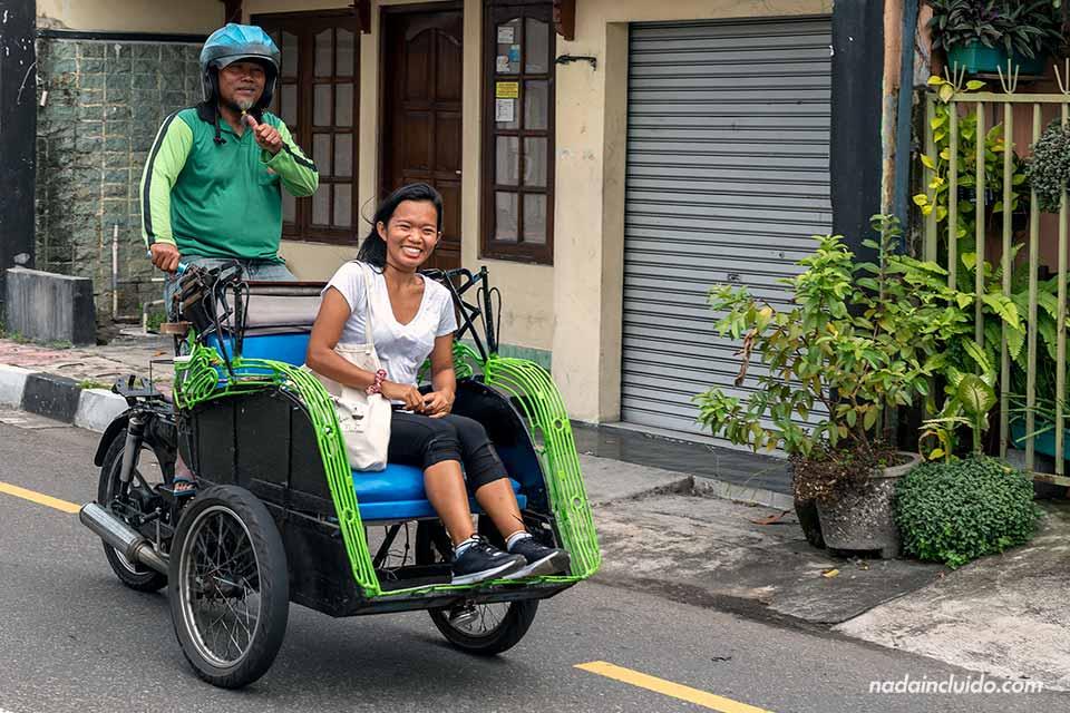 Becak (tuk-tuk) por la calle de Yogyakarta (Java, Indonesia)