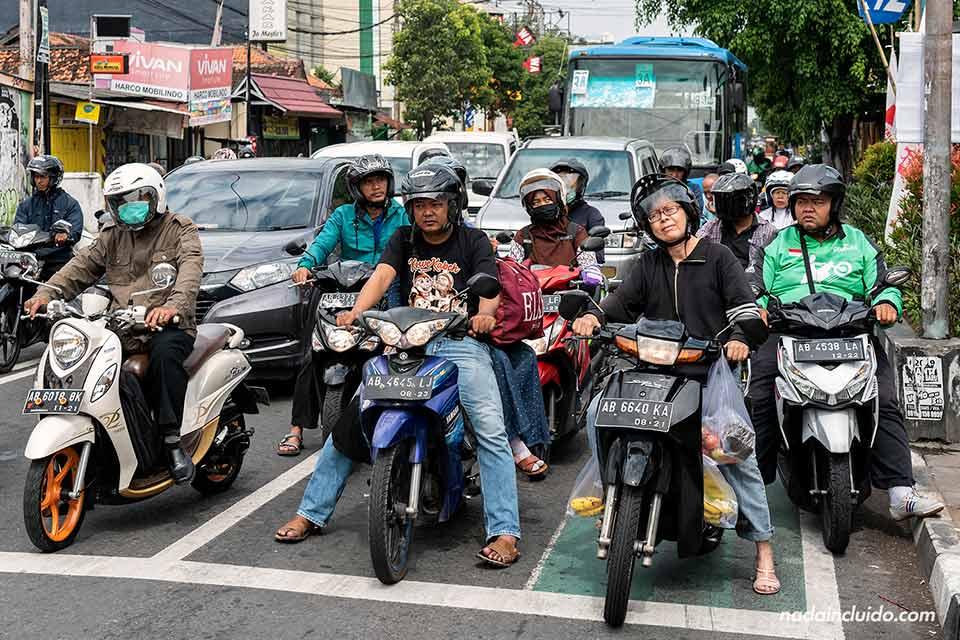 Tráfico en las calles de Yogyakarta (Java, Indonesia)