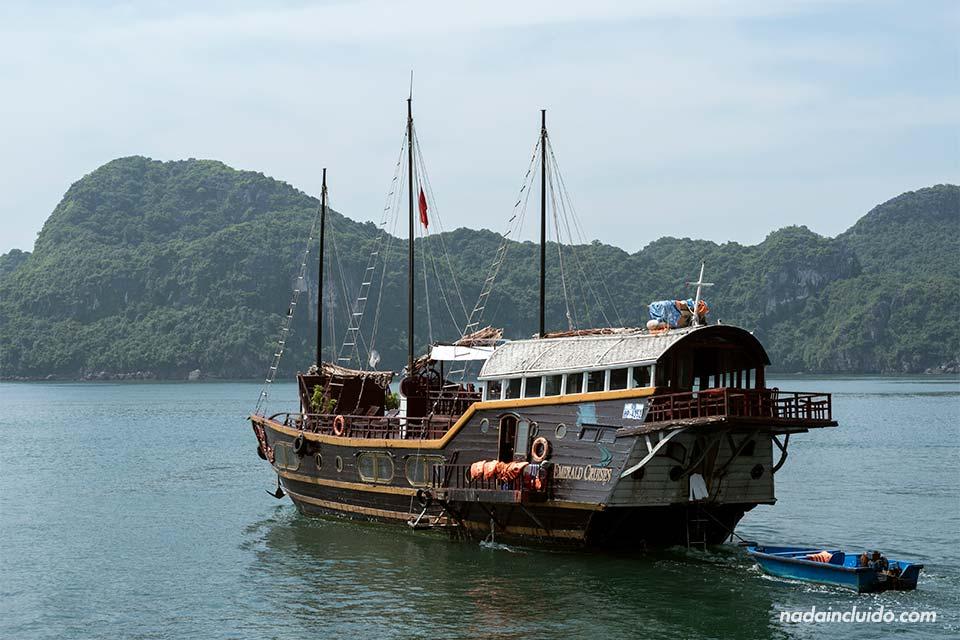 Crucero de la compañía Esmerald Cruises recorre la Bahía de Lan Ha (Vietnam)