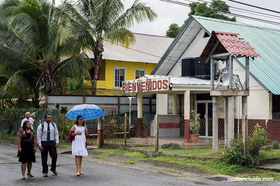 Locales salen de la iglesia de Bocas Town, la ciudad más importante de Bocas del Toro (Panamá)