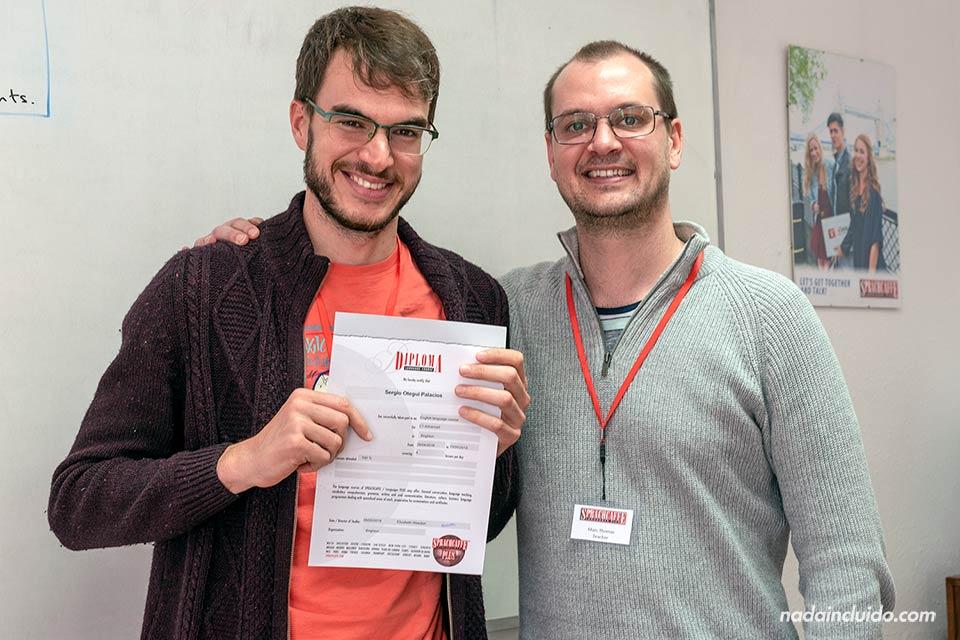 El profesor me entrega el título de inglés en la escuela de Sprachcaffe en Brighton (Inglaterra)