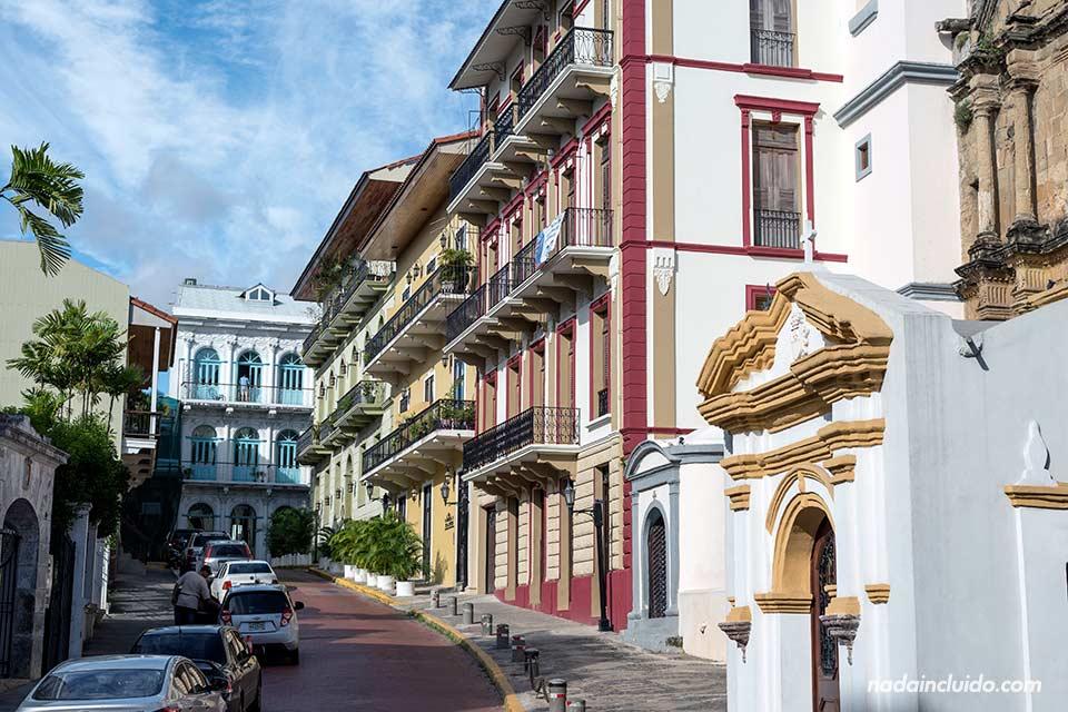 Fachadas coloridas en una de las calles del casco antiguo de Panamá