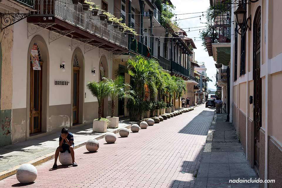 Niño jugando en la calle del casco antiguo de ciudad de Panamá