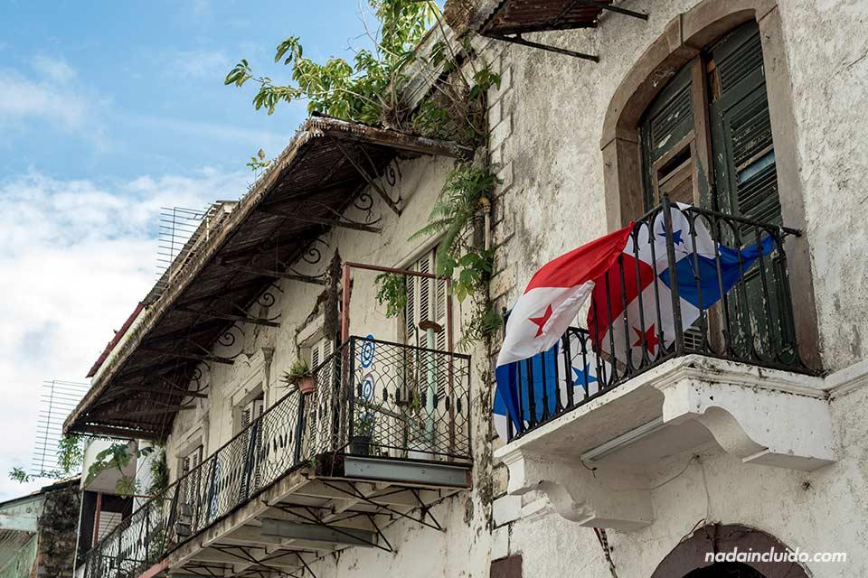 Bandera panameña decora los balcones de una de las calles del casco antiguo de ciudad de Panamá