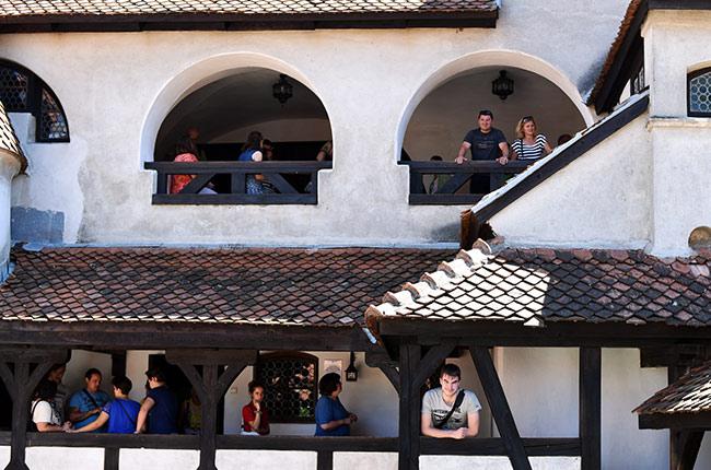 En el patio interior del Castillo de Bran (Rumanía)