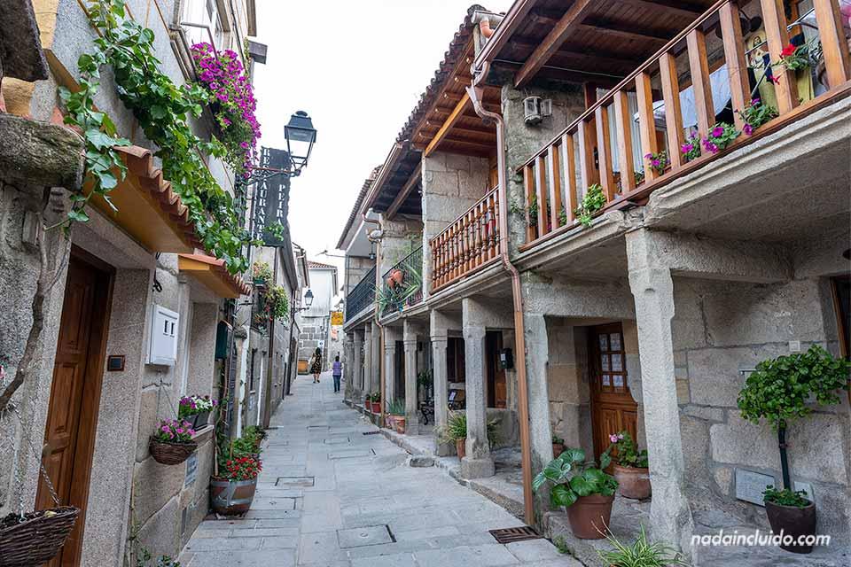 Calle residencial de Combarro (Galicia)