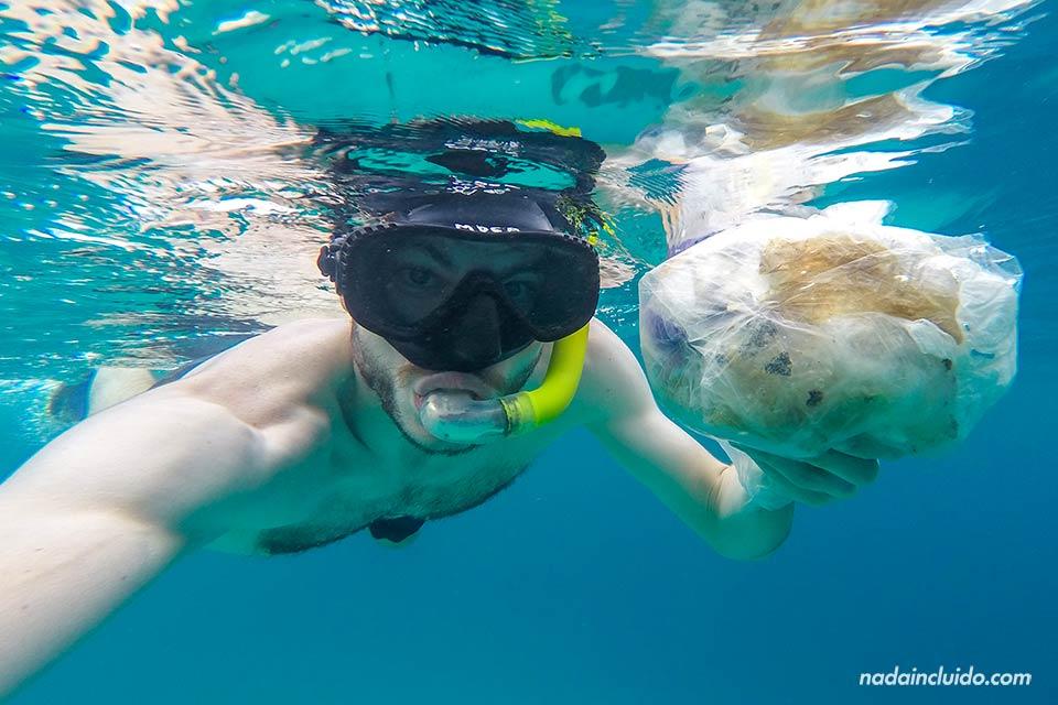 Recogiendo basura del mar en islas Gili (Indonesia)