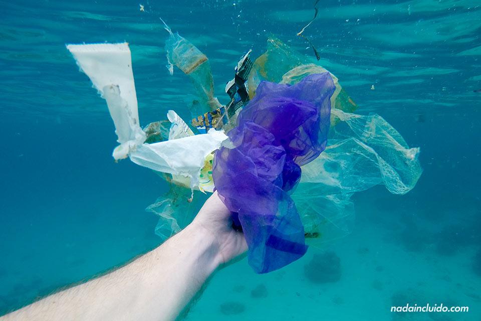 Basura en el fondo marino de las islas Gili (Indonesia)