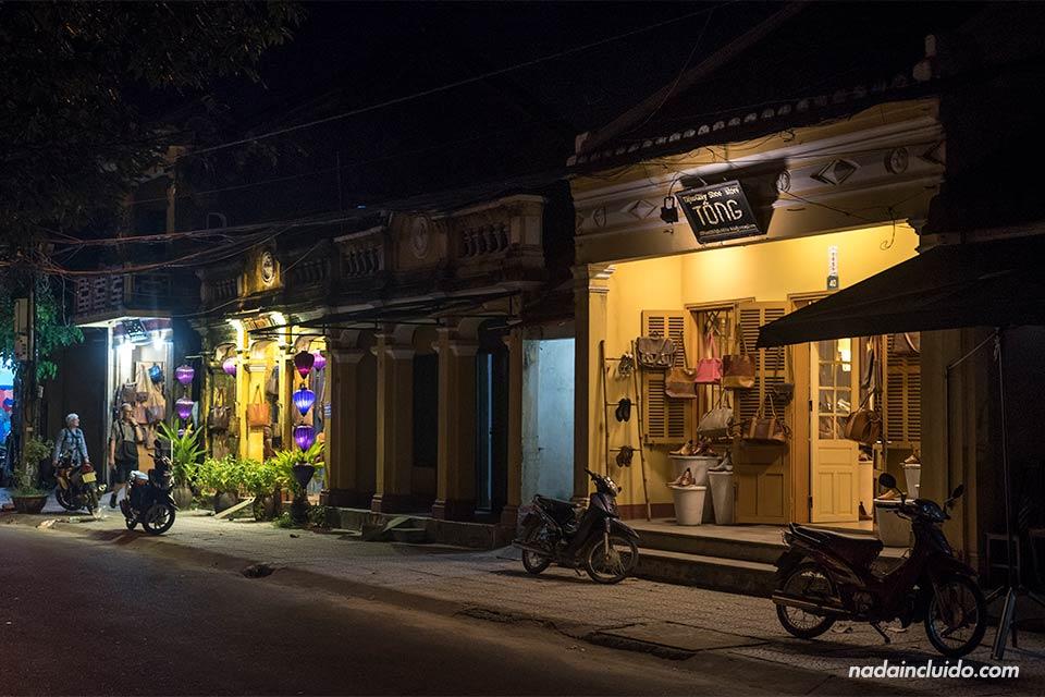 Fachada iluminada de la tienda Tong en Hoi An (Vietnam)