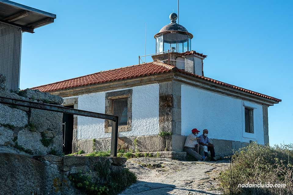 Lugareños en el faro Punta Cabalo de illa de Arousa (Galicia)