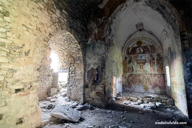 Interior de la iglesia de Jánovas, un pueblo abandonado del Sobrarbe (Aragón)