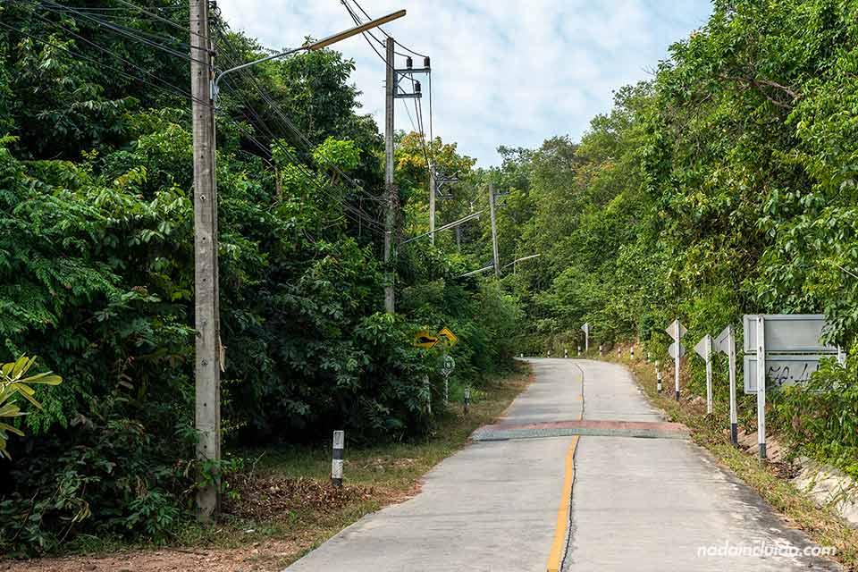 Carretera de Koh Samet sin tráfico (Tailandia)