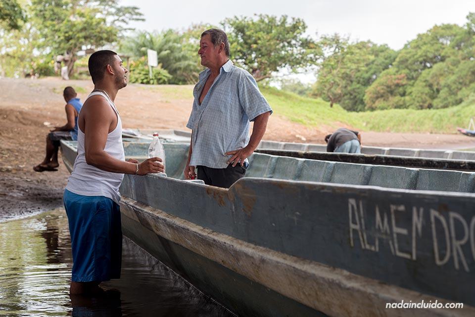 Pilotos de los botes charlan en el puerto de La Pavona, camino a Tortuguero (Costa Rica)
