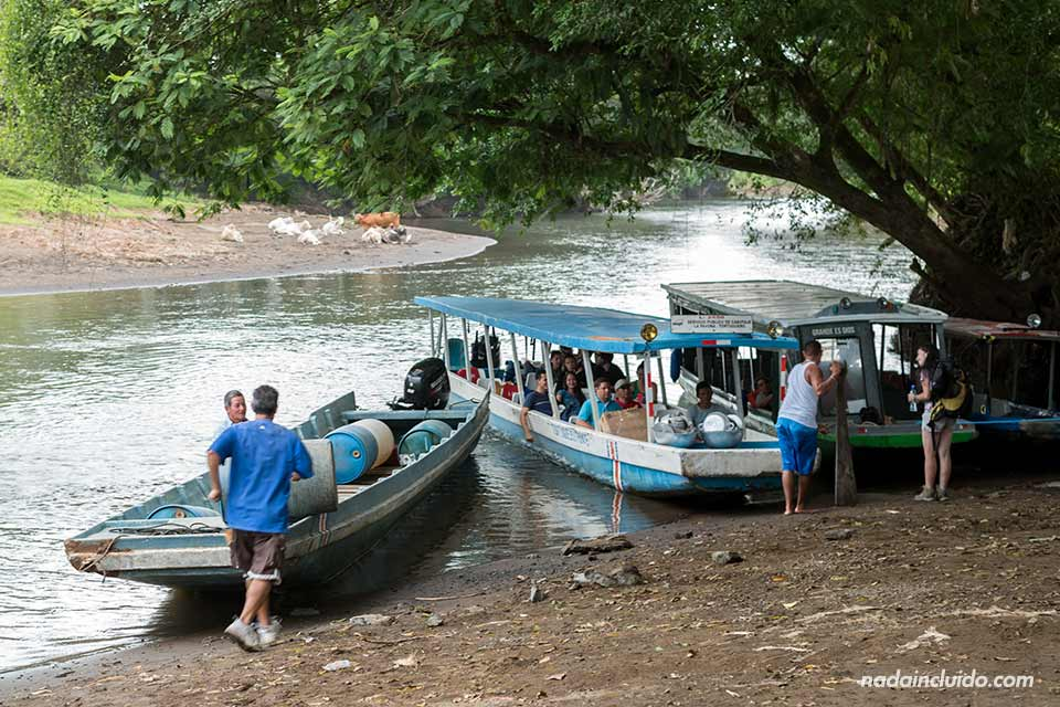Botes en el puerto fluvial de La Pavona con dirección a Tortuguero (Costa Rica)