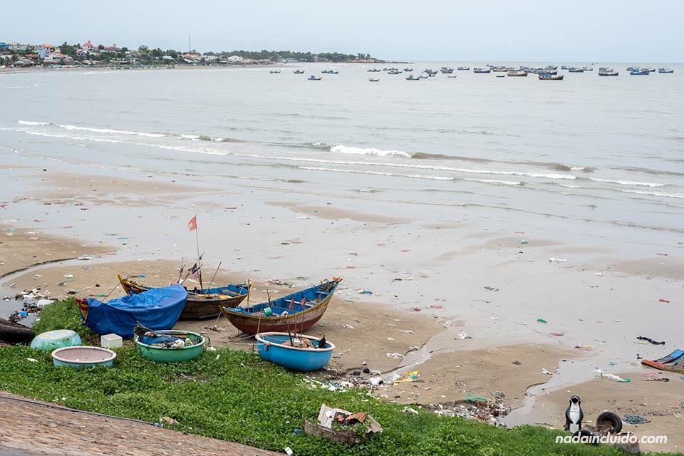 Playa del pueblo de pescadores de Mui Ne, Vietnam