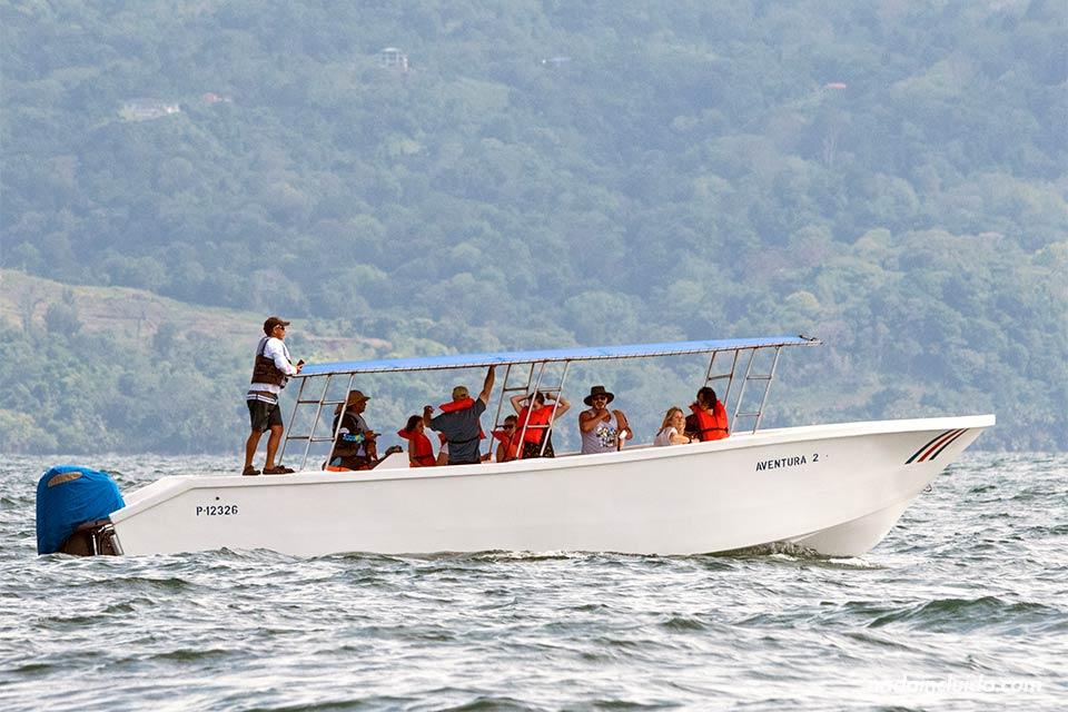 Lancha de turistas en el Parque Nacional Marino Ballena (Costa Rica)