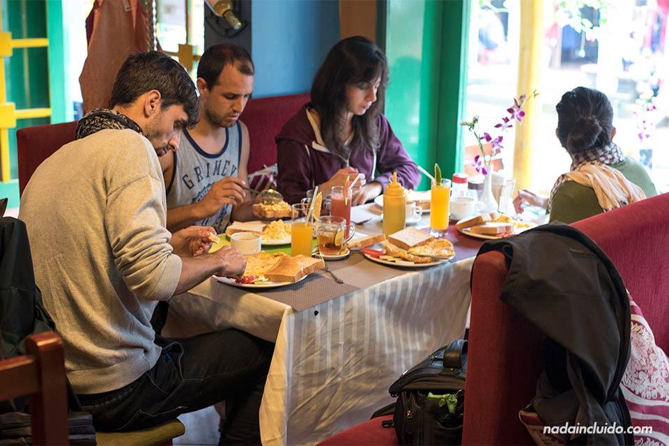 Desayunando en el Restaurante Buffalo Bell de Sapa (Vietnam)