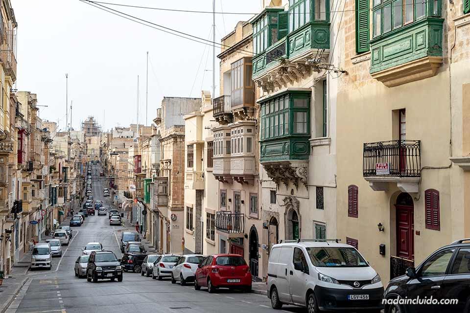 Coche en la carretera de la calle Victoria de Senglea, una de las Three Cities de Malta