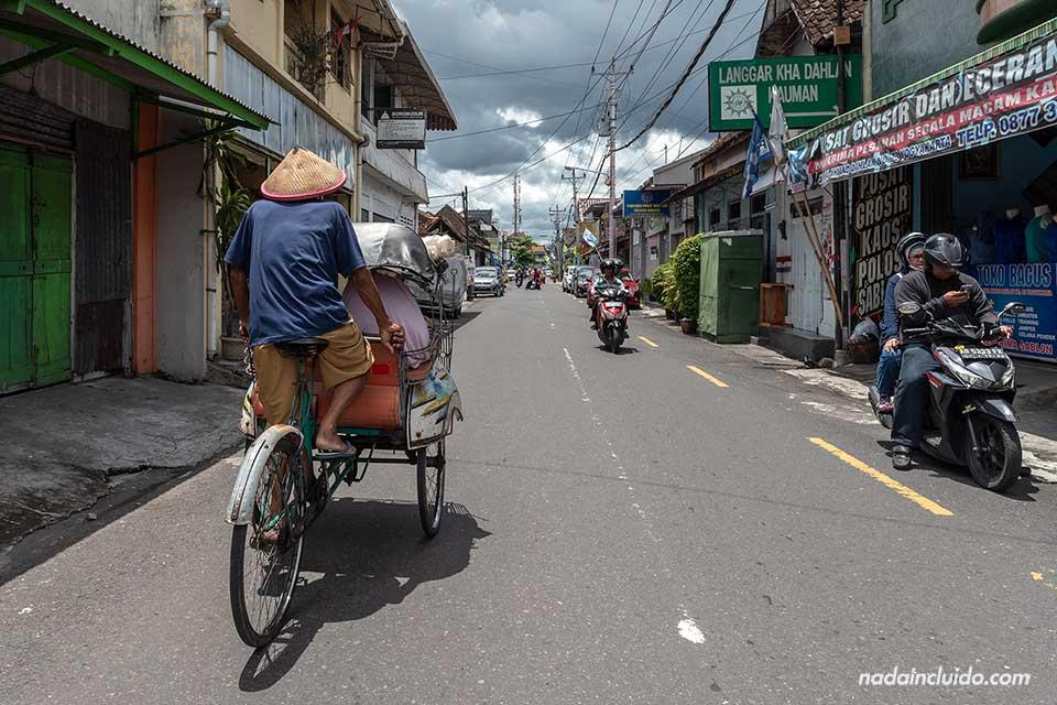 Becak por las calles de Yogyakarta (Java, Indonesia)