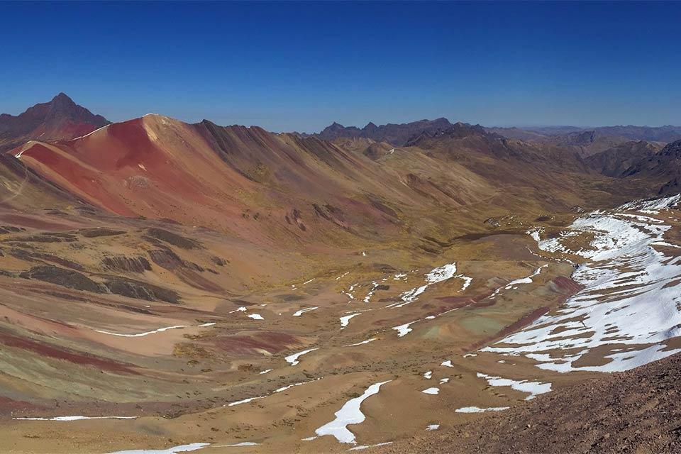 Paisaje nevado en Vinicunca, la montaña de los 7 colores (Perú)