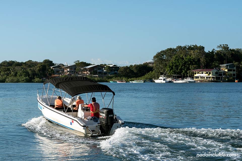Barca con turistas junto a Boca Brava, una de las islas del golfo de Chiriquí (Panamá)