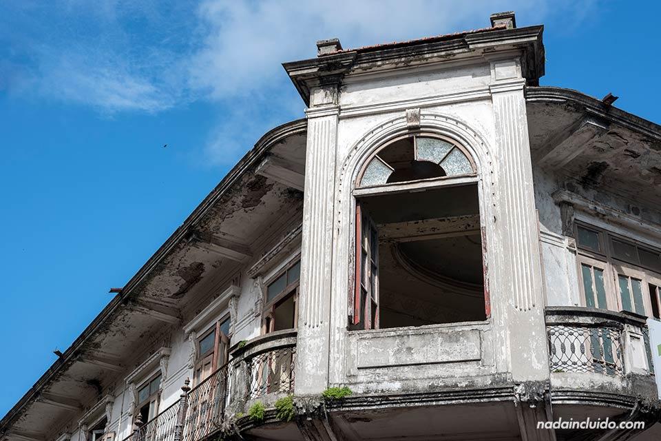 Fachada antigua en el casco antiguo de ciudad de Panamá