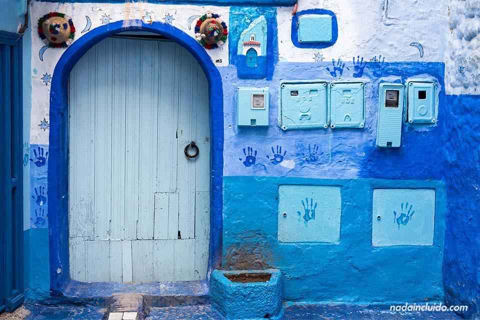 Puerta colorida en la medina de Chefchaouen (Marruecos)