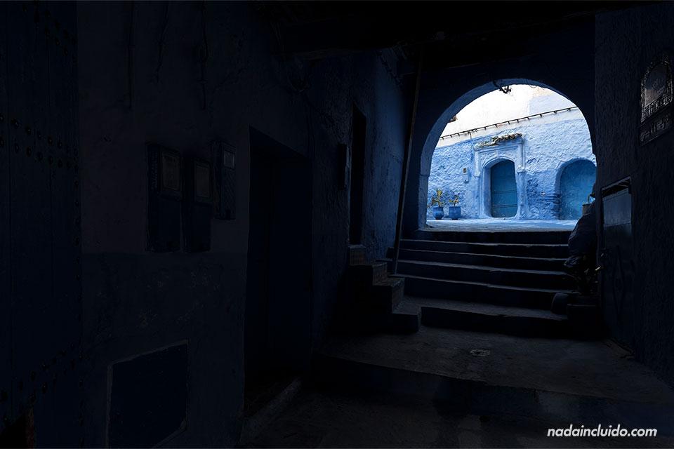 Pasadizo en la medina de Chefchaouen (Marruecos)